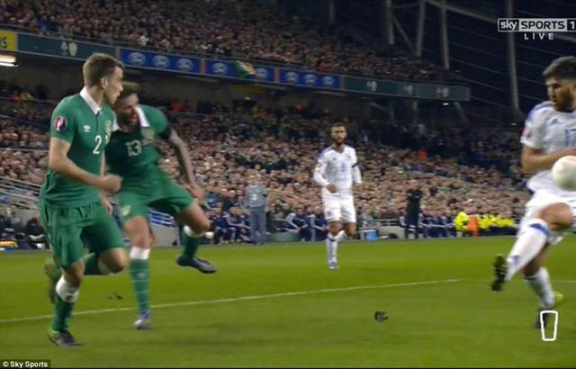 Zukanovicđể bóng chạm tay biếu không cho CH Ireland bàn thắng trên chấm 11m.