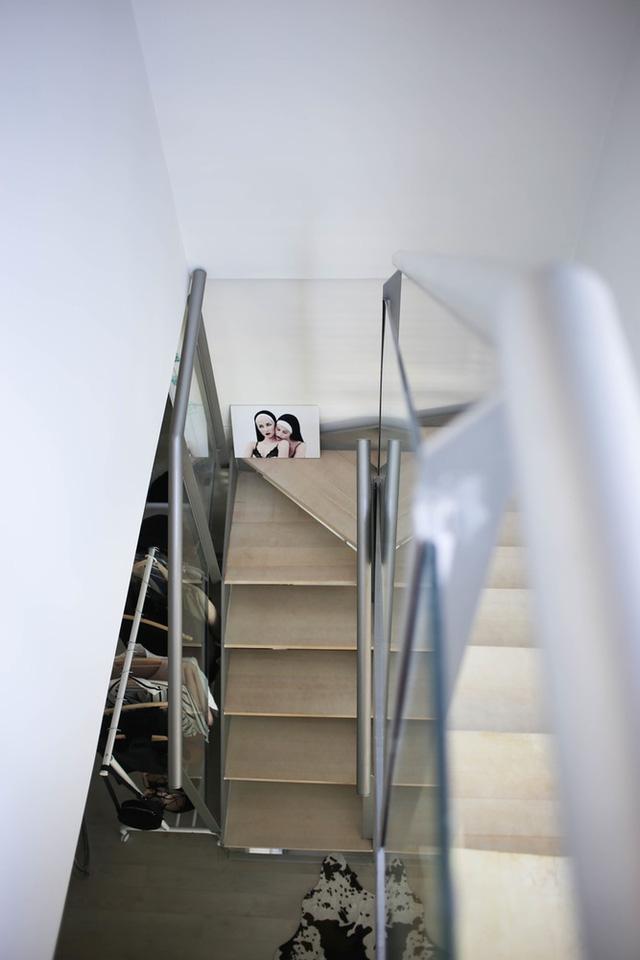 Cầu thang cũng được thiết kế vô cùng hiện đại.