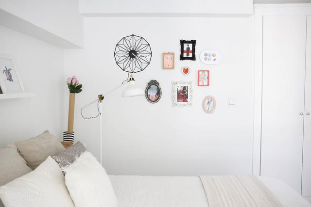 Tường phòng ngủ được tạo điểm nhấn bằng những bức hình treo siêu độc.