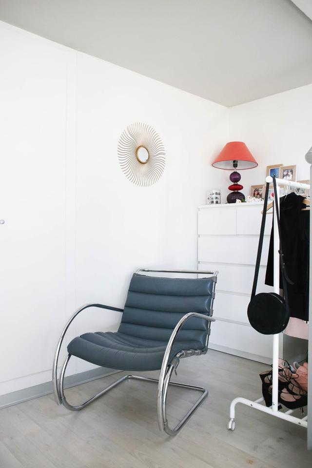 Chiếc ghế tựa được đặt ở góc phòng giúp chủ nhân thư giãn sau những phút giây mỏi mệt.