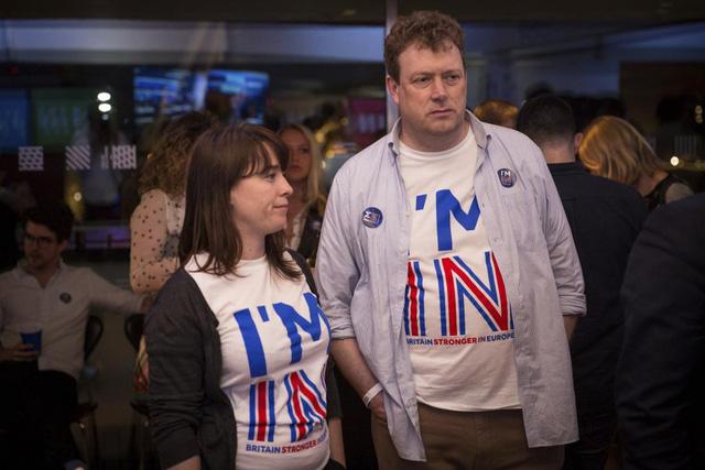 Những cử tri ủng hộ Anh ở lại EU lặng người trước kết quả.