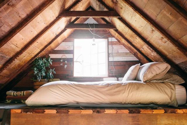 Vì thế, không gian để ngủ và nằm nghỉ ngơi được thiết kế ở vị trí gần mái.