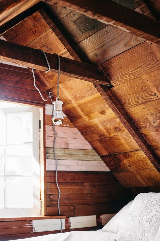 Chủ nhân tận dụng tối đa không gian sống chẳng hạn như đèn ngủ vô cùng nhỏ gọn được buộc phía trên giường ngủ.