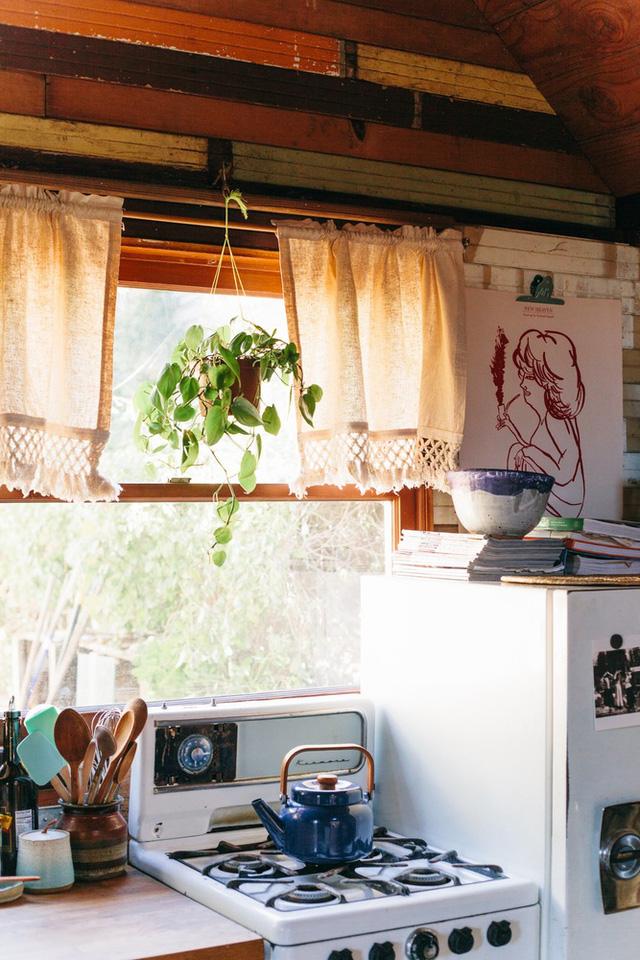 Chậu cây treo ở cửa sổ bếp giúp không gian trở nên thơ mộng, tạo cảm giác dễ chịu.