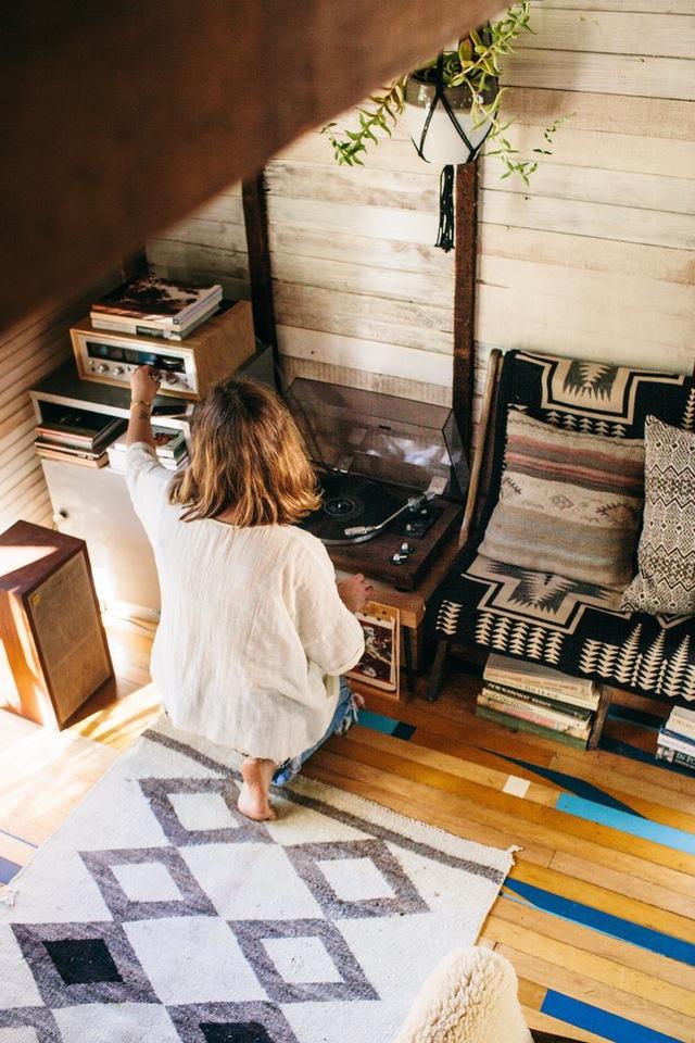 Sàn gỗ được tô điểm độc đáo bằng gam màu xanh làm điểm nhấn.