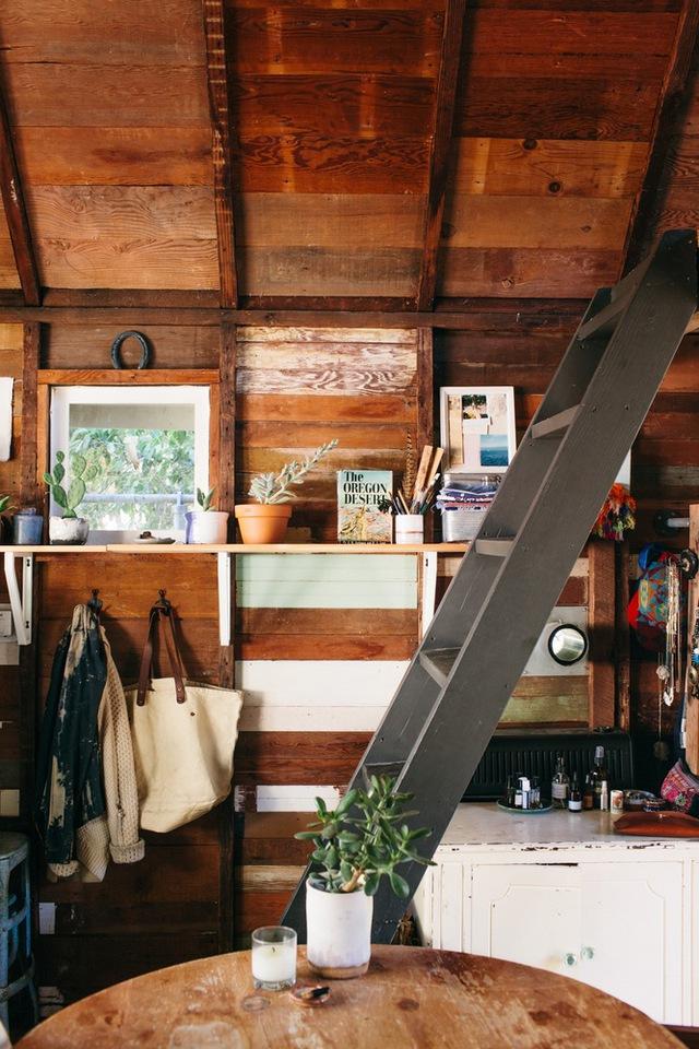 Mặc dù căn nhà không rộng rãi nhưng chủ nhân rất biết cách bố trí, sắp xếp để có không gian sống tiện dụng, thoải mái.