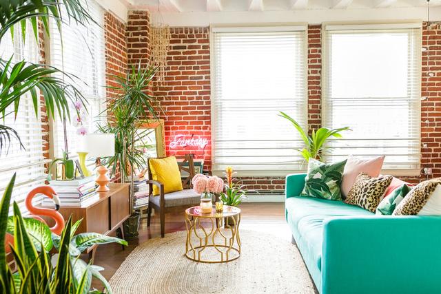 Không gian trong căn nhà vô cùng nổi bật với sắc màu nhiệt đới và ánh sáng ngập tràn.