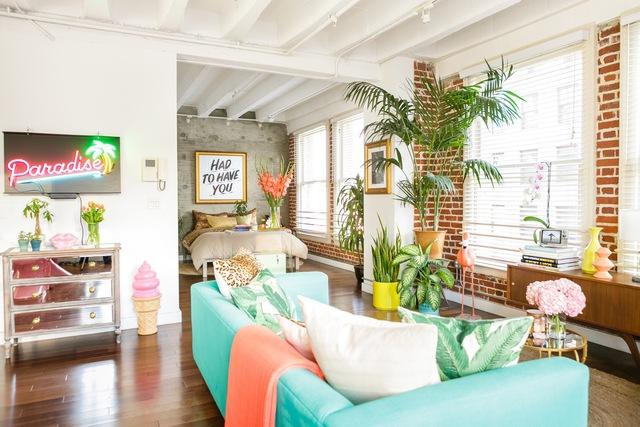 Căn nhà còn được thiết kế với không gian mở và những ô cửa sổ lớn, tạo cảm giác thoáng đãng cho người ở.