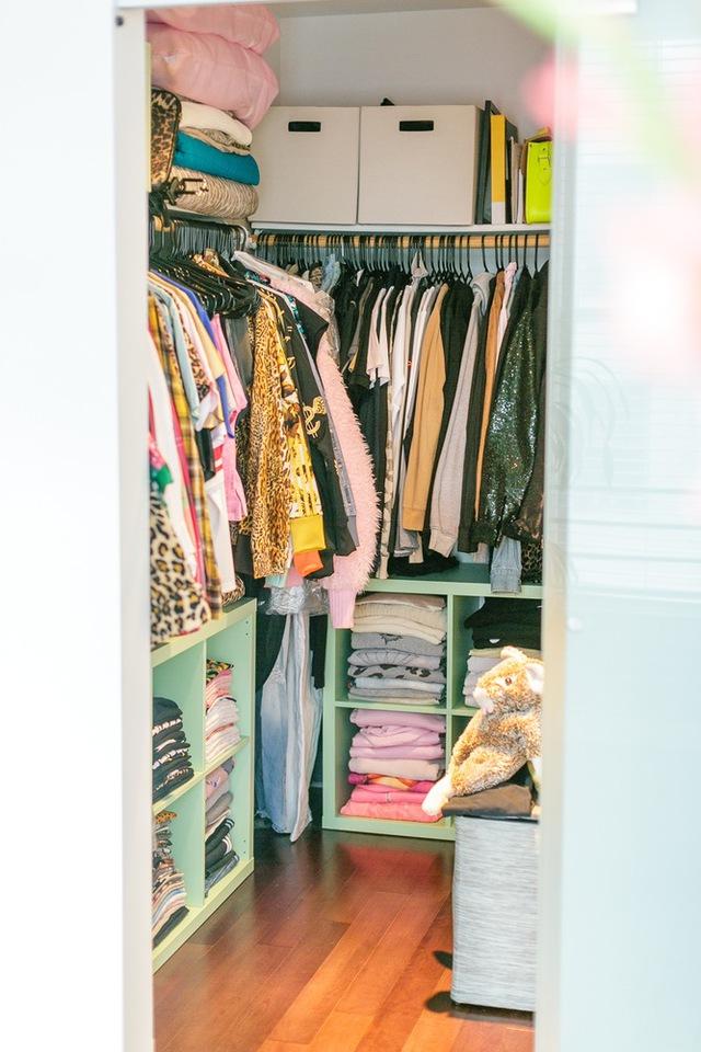Chủ nhân không sử dụng tủ quần áo, thay vào đó là một không gian nhỏ làm phòng thay đồ, đồng thời là nơi dành cho trang phục, phụ kiện.