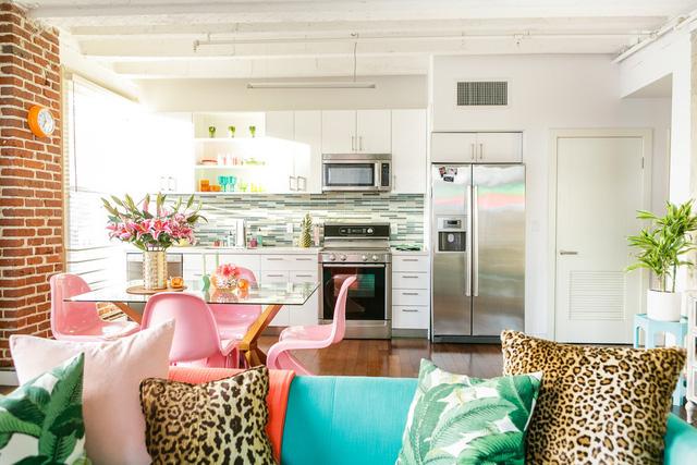 Góc bếp được thiết kế gọn gàng với phong cách hiện đại.