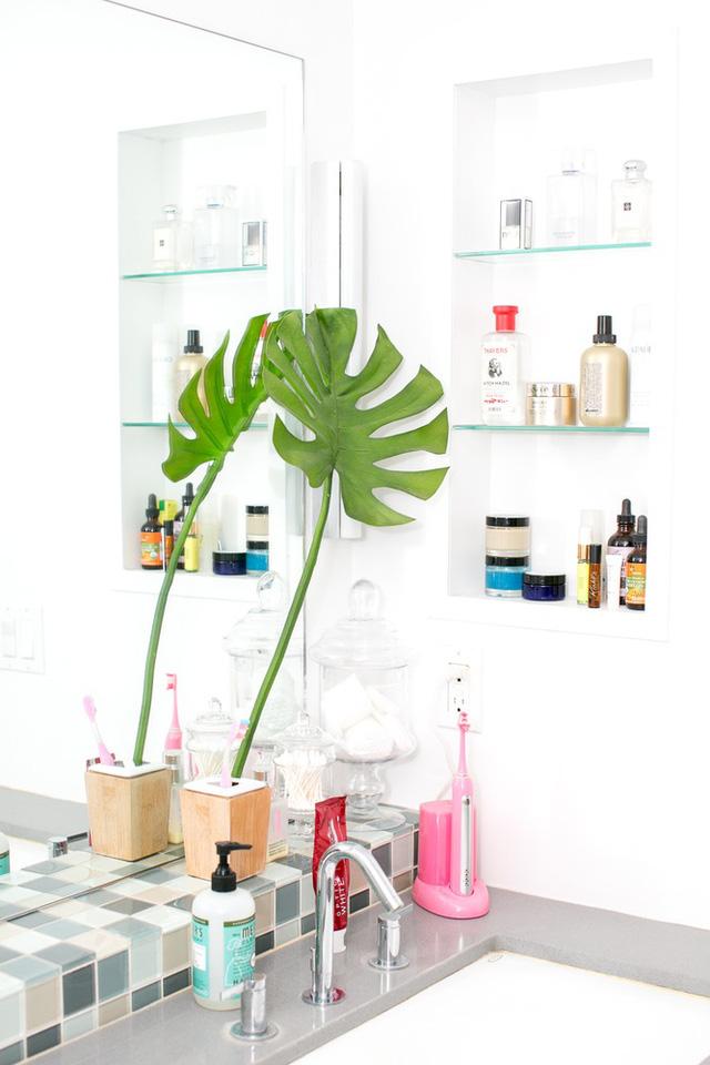 Trong phòng tắm, các vật dụng trở thành điểm nhấn tô điểm cho không gian màu trắng.