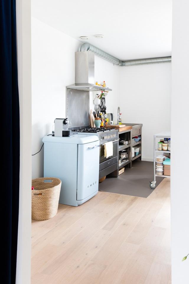 Góc bếp ngăn nắp với các vật dụng được sắp đặt hợp lý mà không tốn diện tích.