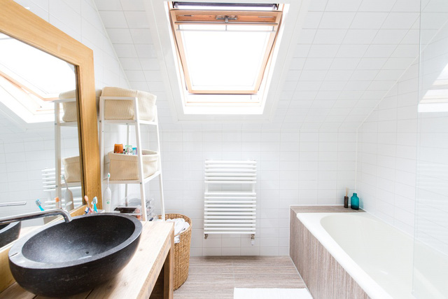Phòng tắm cũng ở tầng áp mái với ô cửa sổ đón nắng.