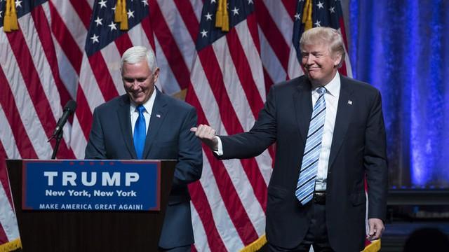 Tỷ phú Donald Trump và Thống đốc bang Indiana Mike Pence (Ảnh: AP)