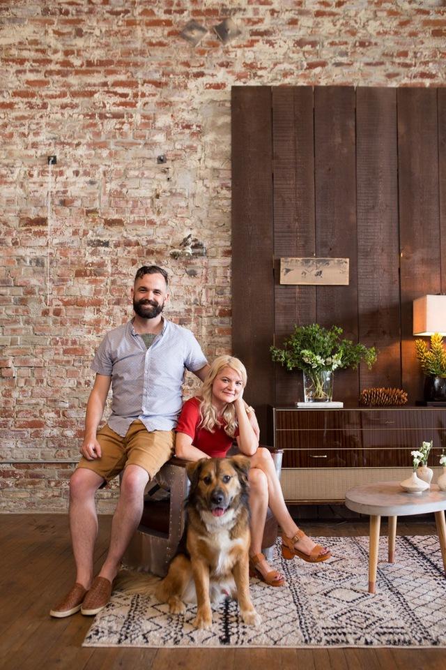 Bên cạnh những mảng tường gạch xù xì, vật liệu bằng gỗ cũng được chủ nhân sử dụng hài hòa với không gian ngôi nhà.