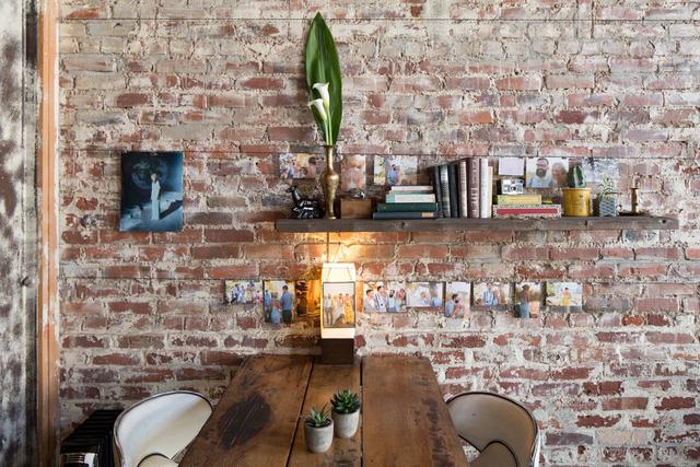 Chủ nhân tạo điểm nhấn cho mảng tường bằng một số vật dụng và những bức ảnh lưu lại kỷ niệm đáng nhớ.