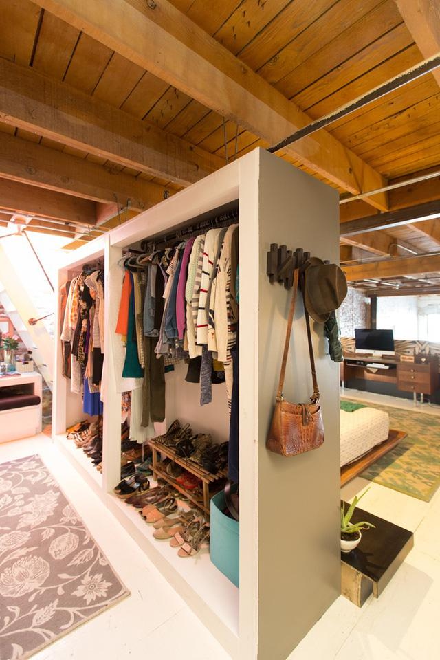 Nơi cất giữ quần áo, phụ kiện được tận dụng làm vách ngăn trong phòng.