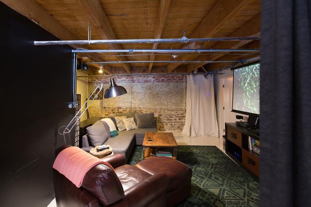 Sát với không gian phòng ngủ là nơi nghỉ ngơi, xem tivi.