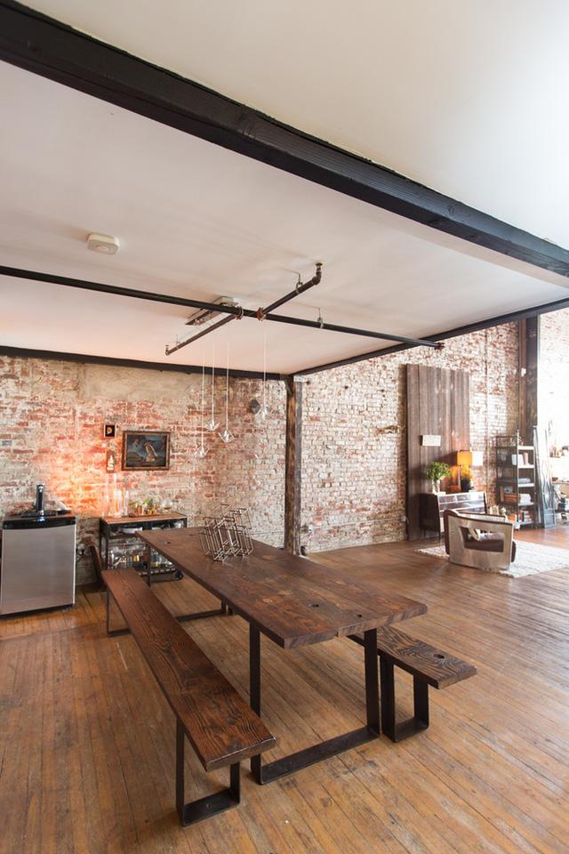 Không gian ăn được đặt gần bếp với bộ bàn ghế gỗ mộc mạc.