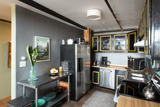 Mặc dù toàn bộ không gian ngôi nhà đều mang sắc màu cá tính theo phong cách cổ điển, gần gũi nhưng căn bếp lại được thiết kế với phong cách hiện đại.