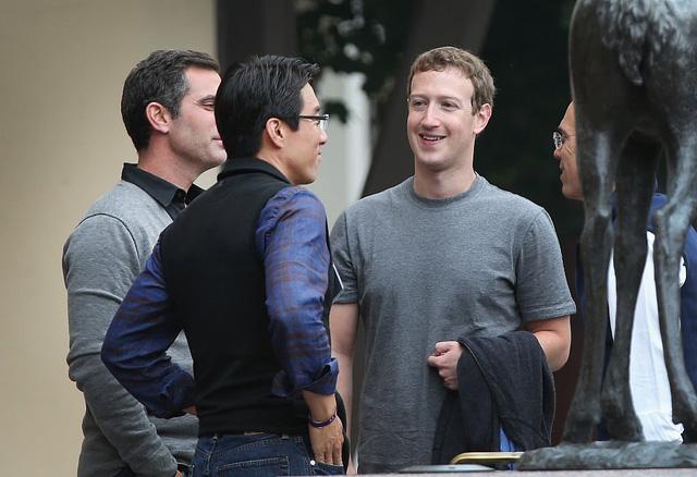 Ông chủ của Facebook, Mark Zuckerberg thường đọc hàng chục cuốn sách mỗi năm (Ảnh: Scott Olson / Getty Images)