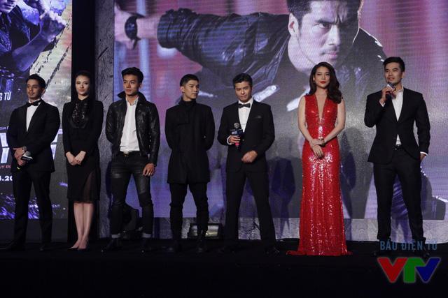 Trong khi các diễn viên khác diện trang phục màu đen thì Trương Ngọc Ánh nổi bật với bộ váy dài màu đỏ lấp lánh.