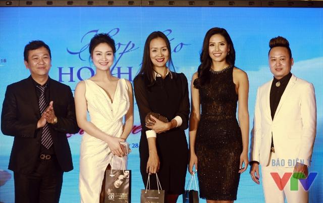 Hôm qua (28/3), Nguyễn Thị Loan (thứ hai từ phải sang) đến tham dự buổi họp báo phát động cuộc thi Hoa hậu Biển Việt Nam 2016 với tư cách là một trong những người đẹp đồng hành cùng các thí sinh trong cuộc thi.