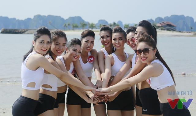 Nếu như trước đó, Top 36 đã có những hoạt động như chụp ảnh trên vịnh Hạ Long, ở chùa Cái Bầu với vị trí ven biển, tập yoga trên bờ biển thì nay, họ lại tham gia vào những trò chơi bãi biển vô cùng sôi động