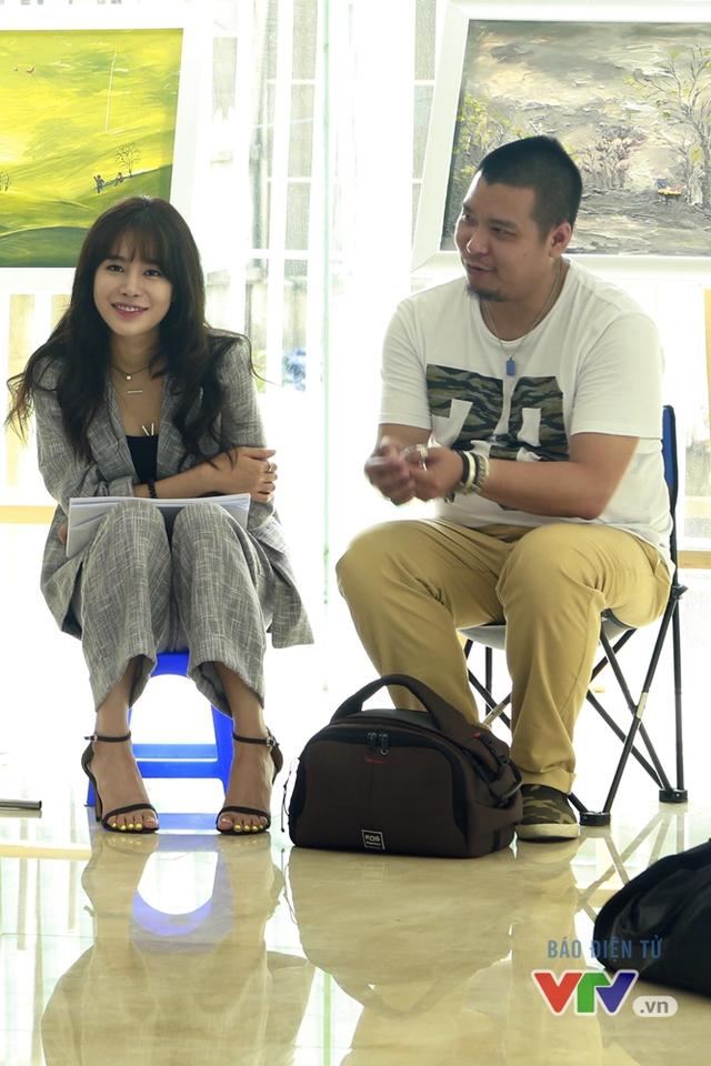 Trong lúc các diễn viên khác ghi hình, Jung Hae Na lặng lẽ ngồi xem với nụ cười tươi trên môi.