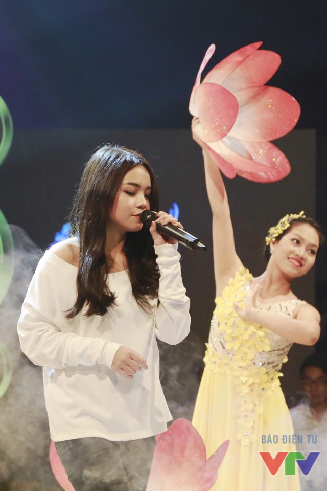 Diện phục trang đơn giản với áo trắng và quần jeans đen, Thái Trinh nổi bật trên sân khấu với mái tóc dài buông xõa cùng khuôn mặt bầu bĩnh, dễ thương