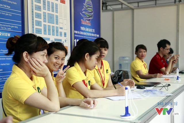 Các nhân viên của quầy đăng ký ghi điểm bởi sự thân thiện và chuyên nghiệp.
