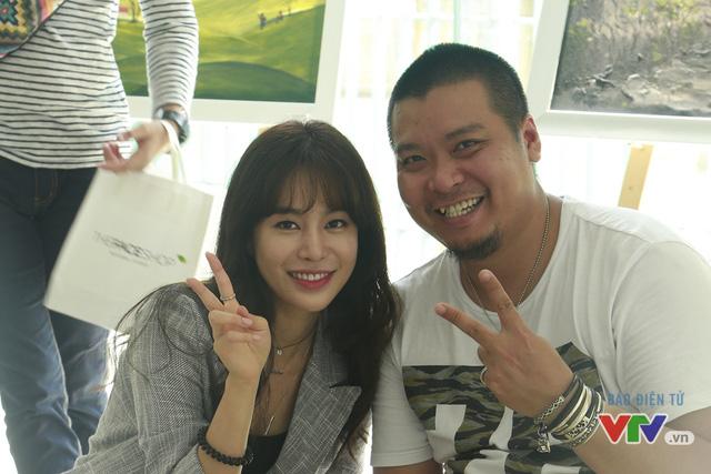 Nữ diễn viên rạng rỡ chụp hình cùng chuyên viên trang điểm của đoàn làm phim.