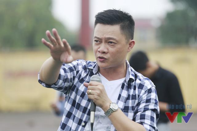 Bếp phó Quang Minh chỉ đạo và sắp xếp các hàng thẳng để quay MV