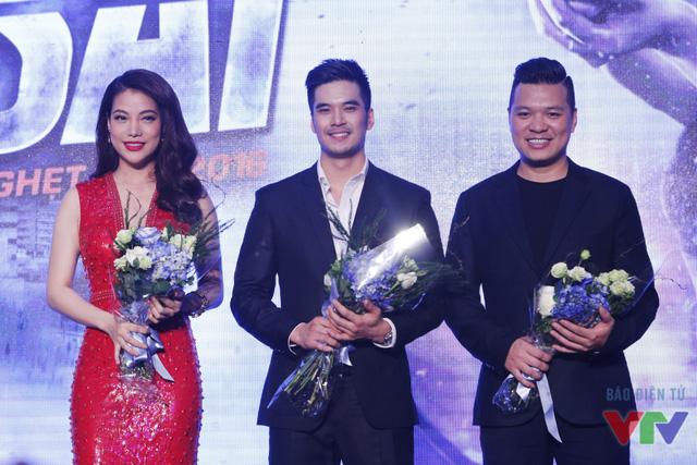 Trương Ngọc Ánh, Thiên Nguyễn và đạo diễn Cường Ngô nhận hoa từ đại diện CJ E&M Entertainment.