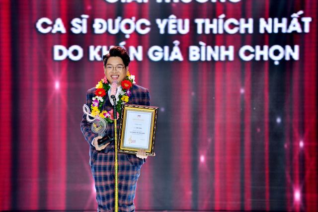 Quán quân The Voice 2015 Đức Phúc sướng rơn khi giành giải Ca sĩ được yêu thích nhất do khán giả bình chọn.