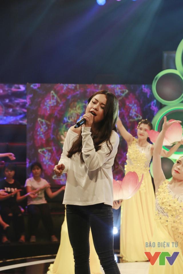 Nữ ca sĩ xinh đẹp còn dành tặng nhân vật và các khán giả một ca khúc vô cùng ý nghĩa