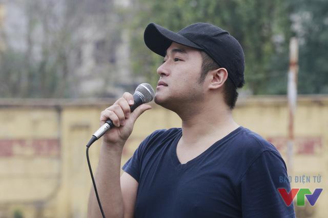 Ca sĩ Minh Quân có mặt tại buổi quay để hướng dẫn các bạn trẻ hát đúng nhạc