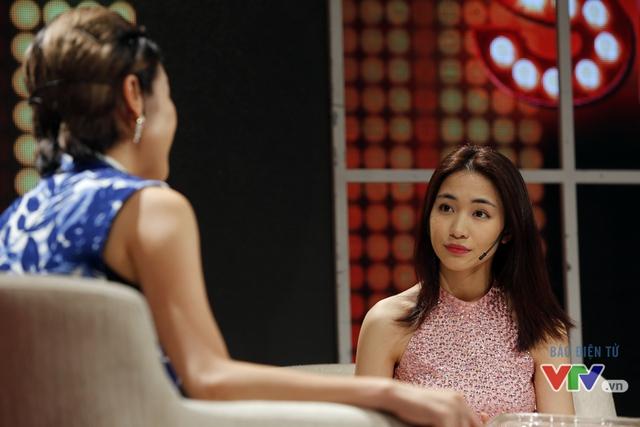 Hòa Minzy tỏ ra bình tĩnh khi khẩu chiến với MC Phí Linh