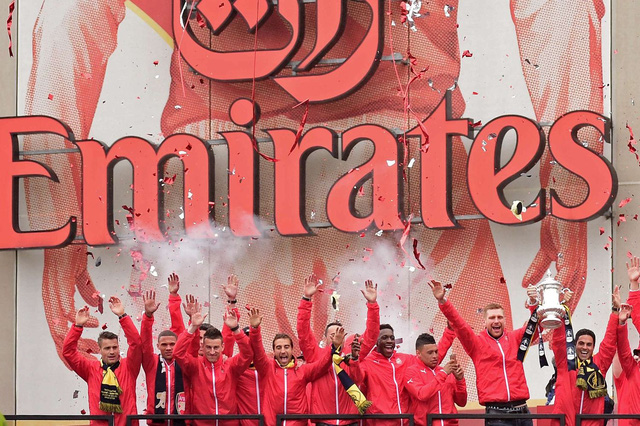 Các cầu thủ Arsenal ăn mừng chức vô địch Emirates Cup 2015 (Ảnh: Getty)