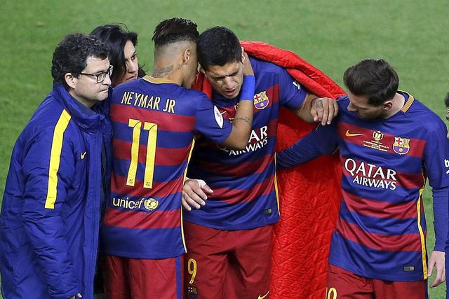 Suarez rơi nước măt vì chấn thương ở trận chung kết Cúp Nhà vua