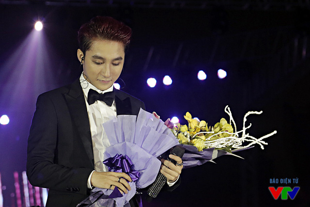 Nam ca sĩ mang bó hoa tươi thắm xuống tặng mẹ - một trong hai người phụ nữ quan trọng nhất cuộc đời anh.