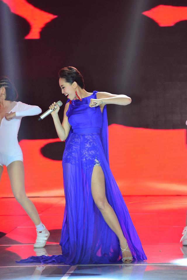 Mang hit mới lên sân khấu, Tóc Tiên trình diễn với vũ đạo lôi cuốn, đẹp mắt.