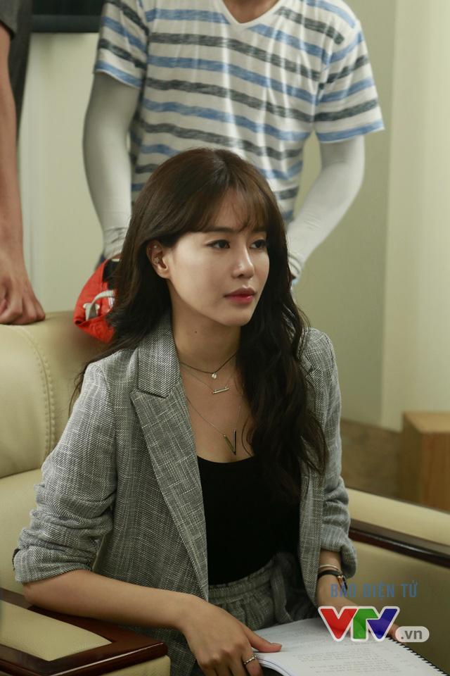 Vẻ đẹp của nữ diễn viên Hàn Quốc thu hút mọi ánh nhìn trên phim trường Tuổi thanh xuân 2.