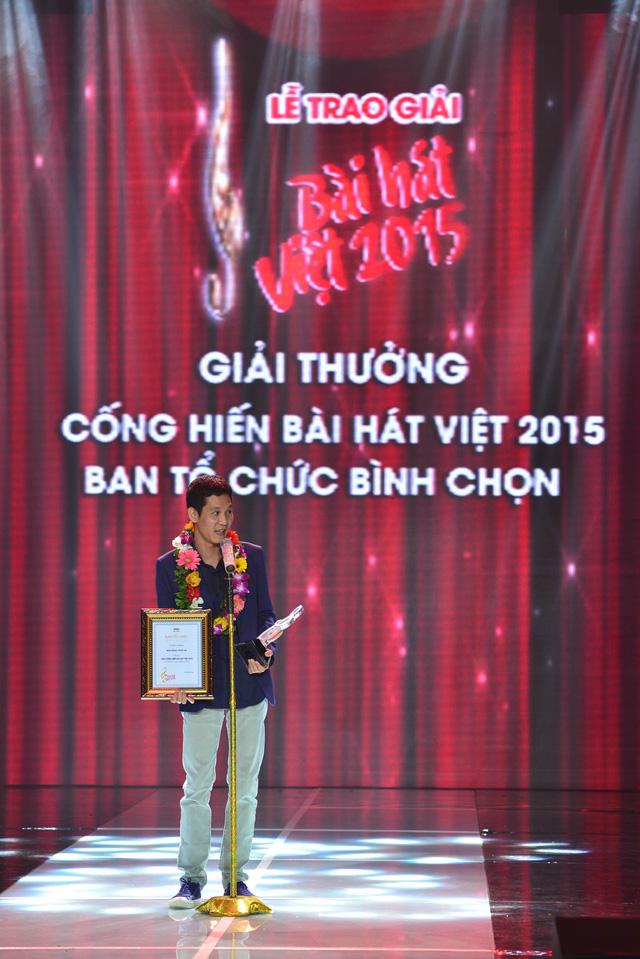 Vốn kiệm lời, nhạc sĩ Hoài Sa đã khá ấp úng khi được nhận giải Cống hiến do BTC Bài hát Việt bình chọn.
