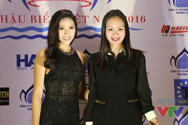 Hoa hậu biển Nguyễn Thị Loan tạo dáng cùng Hoa hậu phụ nữ Việt Nam qua ảnh Trần Bảo Ngọc
