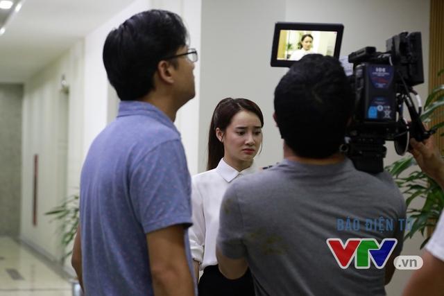 Sau cuộc trao đổi ngắn với đạo diễn Khải Anh, Nhã Phương tiếp tục hóa thân vào vai diễn của mình trước ống kính. Tuy nhiên, cảnh quay của Nhã Phương hôm nay không có sự xuất hiện của Kang Tae Oh.