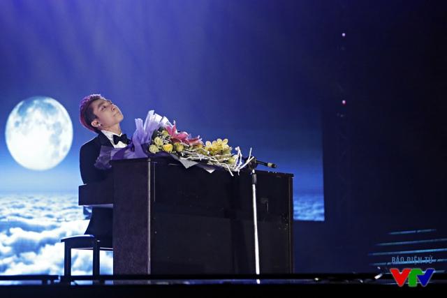 Sơn Tùng M-TP nghẹn ngào khi hát ca khúc Bèo dạt mây trôi - món quà anh gửi tặng người bà đã mất của mình.