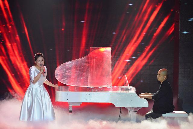Thùy Chi thả giọng bên tiếng đàn của nhạc sĩ Đức Trí.