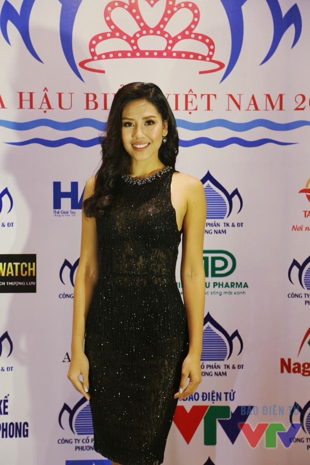 Nguyễn Thị Loan đến tham dự chương trình trong bộ váy đen bó sát, khoe trọn những đường cong tuyệt mỹ của cơ thể.
