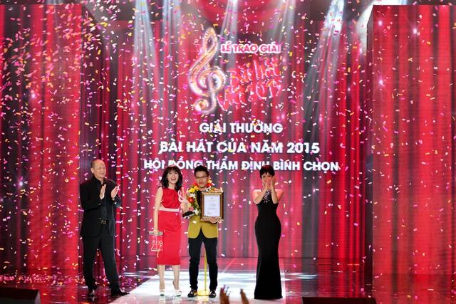 Khoảnh khắc Bài hát của năm được công bố, nhạc sĩ Vũ Minh Tâm và ca sĩ Nhật Thủy vỡ òa trong niềm vui sướng.